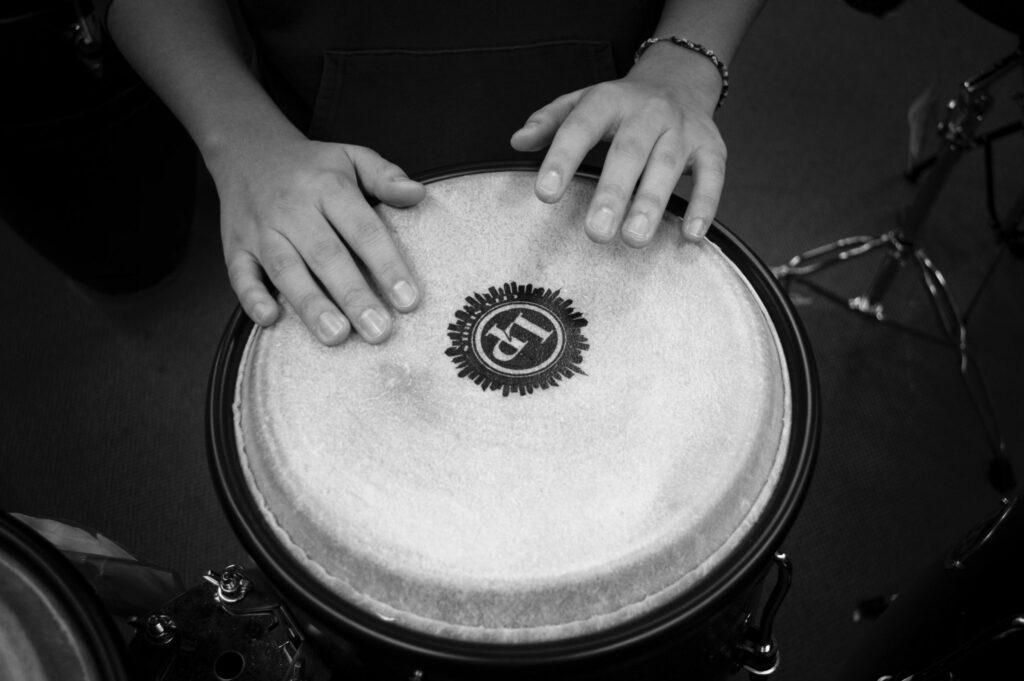 Foto de un profesor de percusión tocando un djembe