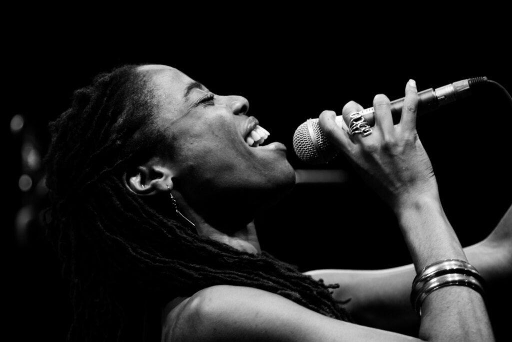 Mujer negra cantando (1)