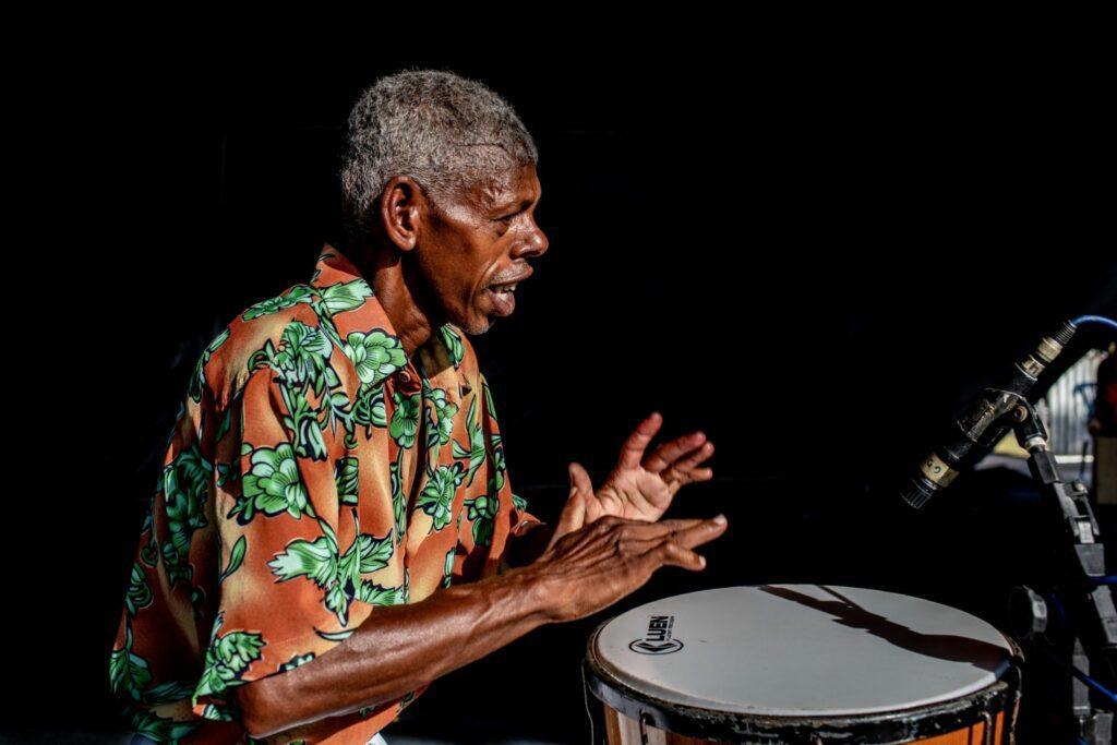 Profesor de percusión tocando