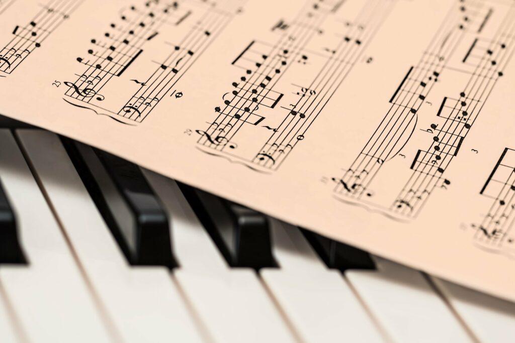 Foto de una partitura encima de un piano afinado