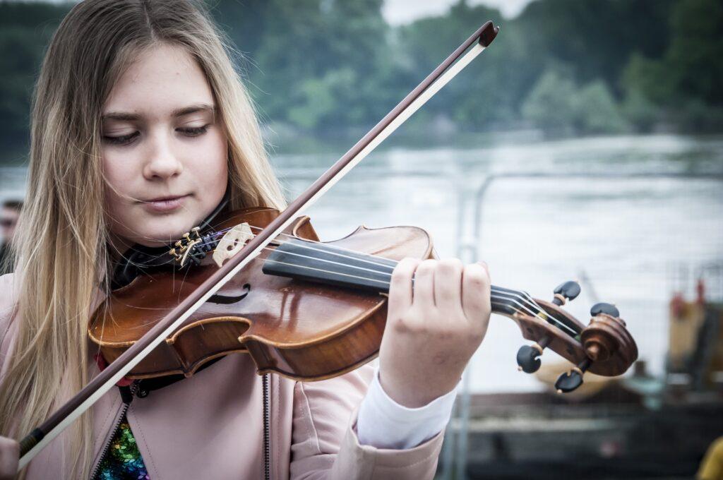 Una alumna en clase de violin