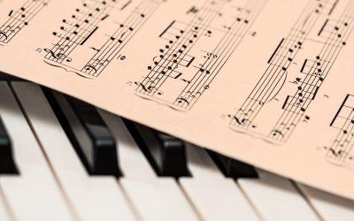 Dibujo de un piano y una partitura