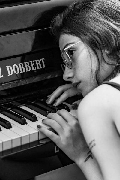 Foto de una alumna de piano en zaragoza