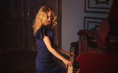 Una mujer tocando el piano